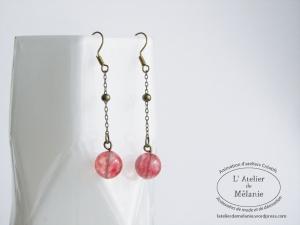 Boucles d'oreille chaîne à boules, couleur bronze et perle ronde rouge.